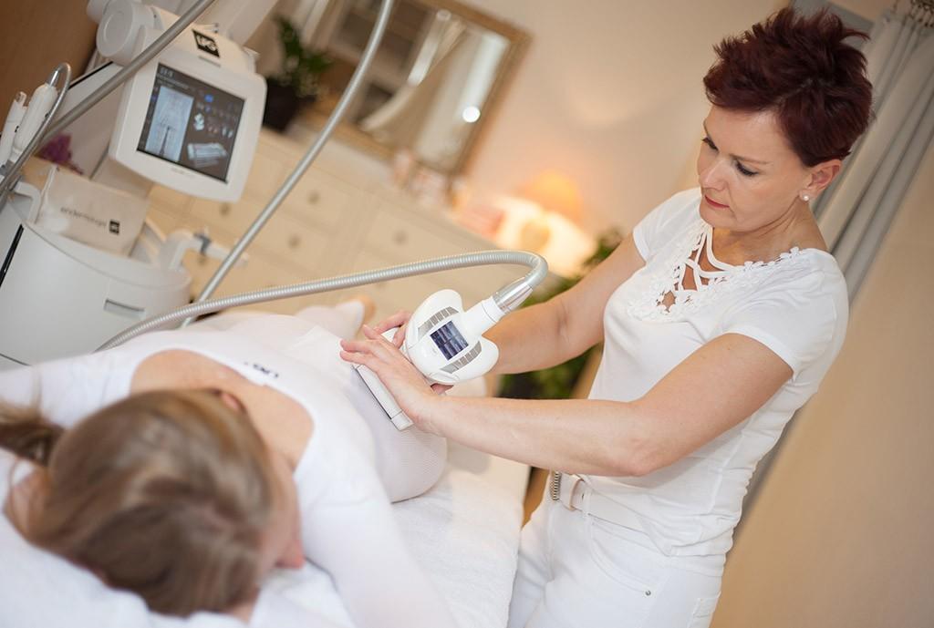 Lipomassage: Entspannen Sie. während Ihnen Fett & Cellulite wegmassiert werden